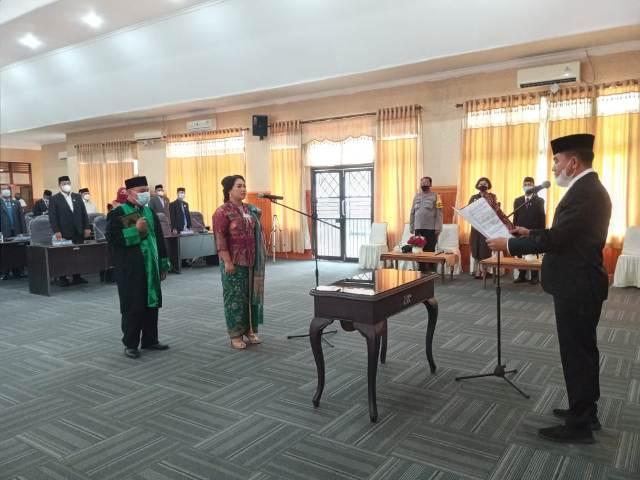 Ketgam II : Ni Gusti Putu Dewi Saputri saat diambil sumpahnya sebagai anggota DPRD oleh Ketua DPRD Konsel, Irham Kalenggo