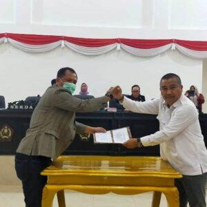 Sekda Konawe Dr. Ferdinand Sapan (Kiri), Ketua DPRD Konawe Dr. H Ardin (Kanan) menyerahan usai menandatanganan nota kesepahaman antara Legislatif dan Eksekutif APBD Konawe tahun 2021