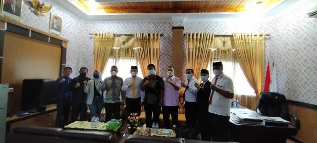 Ketgam : Foto bersama anggota DPRD Konsel dan anggota DPRD Kota Banjarbaru di ruang kerja ketua DPRD Konsel Irham Kalenggo
