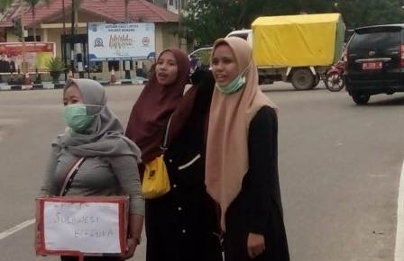 Ketgam : Pengurus IKAMI Konawe galang dana di perempatan jalan keluruhan Puunaha, Kecamatan Unaaha, Kab. Konawe Sultra, foto/ Januddin Kalosara News
