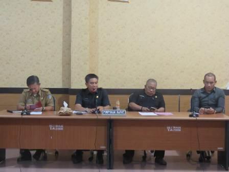 Ketgam : Ketua DPRD Konsel, Irham Kalenggo saat memimpin RDP lanjuta soal konpensasi PT Ifisdeco bersa anggota DPRD Konsel lainnya serta Asisten 1 Setda Konsel.