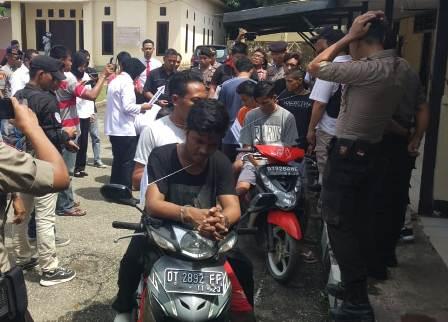 Ketgam : Adegan Pelaku Penikaman Almarhum Muhammad Manto di Polsek Kemaraya