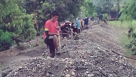 Ketgam : Pembangunan jlan di Desa Ulaweng, Kecamatan Samaturu, Kabupaten Kolaka yang dilibatkan oleh masyarakat setempat/foto: Samsul Kalosara News