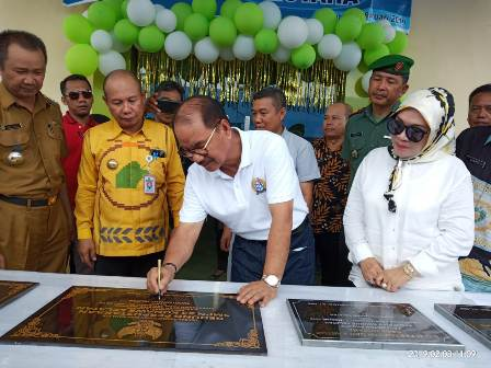 Ketgam : Bupati Konsel Surunuddin Dangga saat menandatangani prasti bangunan Puskesmas Motaha