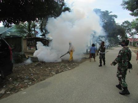 Ketgam : Komando Distrik Militer (Kodim) 1417/Kendari bekerjasama tim kesehatan Komando Resort Militer (Korem) 143/HO lakukan pengasapan (Fogging) pada Kompleks Asrama, perumahan dan rumah warga sekitar.
