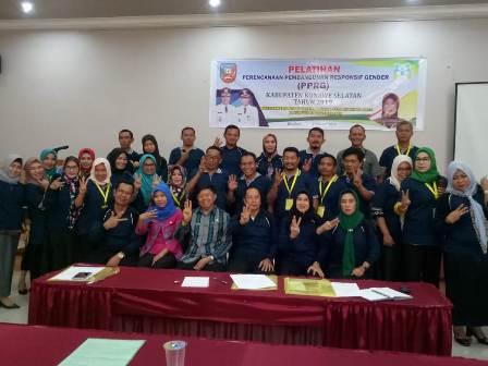 Ketgam : foto bersama peserta pelatihan Penyusunan PPRG bersama Sekda Konsel Syarif Sajang