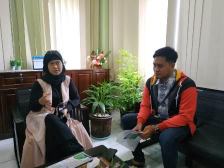 Ketgam : Kepala Kantor Bahasa Sultra Sandra Safitri Hanan (jilbab hitam) bersama Taufic reporter Kalosara News