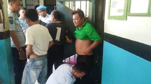 Ketgam : Pegawai rutan Kelas IIB Unaaha saat menggeledah WBP