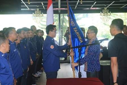 Ketgam : Penyerahan Bendera Karang Taruna dari Wali Kota Kendari kepada Ketua Karang Taruna Kota Kendari.