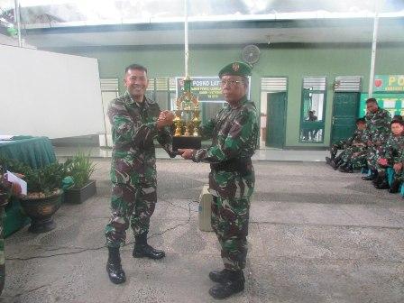 Danramil 1417-09 Sampara Kapten Inf Sahidin saat menerima piala penghargaan dalam lomba Pembinaan Teritorial (Binter)