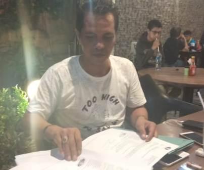 Ketgam : Public Relations (PR) PT Paramitha Persada Tama, Andi Muhammad Syafriansah saat memperlihatkan dokument kepada awak media