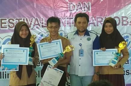 Ketgam : Penyerahan hadiah kepada peserta Vestival Anti Narkoba kepada siswa SMP / MTS Se-Kota Kendari