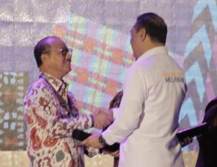 Ketgam : Bupati Konsel Surunuddin Dangga saat menerima penghargaan SAKIP Tahun 2018