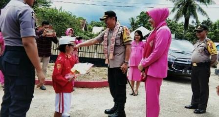 Ketgam : penyambutan Kapolres Konawe dan ibu bhayangkari saat mengunjungi beberapa polsek