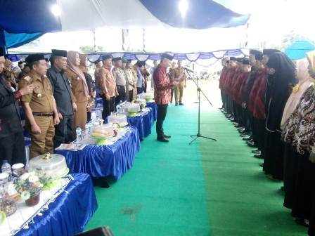 Ketgam : Wabup Konawe, Gusli Topan Sabara saat mengambil sumpah juri Seleksi Tilawatil Qur'an dan Hadits (STQH)/foto : Januddin Kalosara News