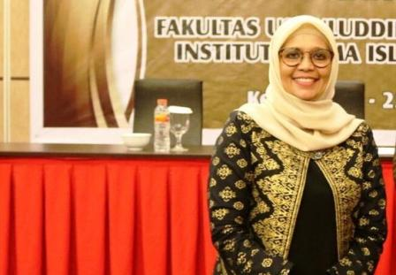 Ketgam :Ketua Senat Institut Agama Islam Negeri (IAIN) Kendari,Prof Dr Faizah Binti Awad, M.Pd.