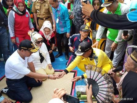 Ketgam : Pelaksanaan ritual mosehe (kaos putih, Bupati Konsel Surunuddin Dangga) sebelum peresmian Puskesmas Kecamatan Motaha dan beberapa baungan lainnya.