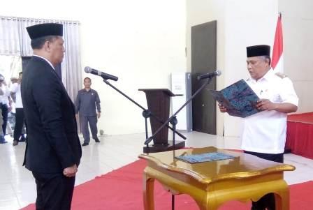 Ketgam : Bupati Konawe Kery Saiful Konggoasa saat mengambil sumpah Ferdinand sebagai Pj Sekda Konawe/foto : Januddin Kalosara News