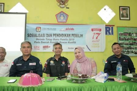 Ketgam : Sosialisasi KPU Sultra di Daerah Rawan Konflik di Kelurahan Gunung Jati, Kecamatan Kendari, Kota Kendari, Balai Kecamatan.
