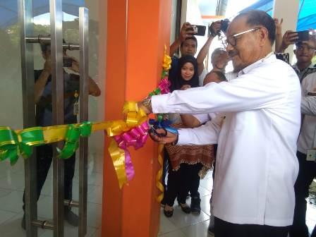 Ketgam : Bupati Konsel H. SurunuddinDangga saat menggunting pita sebagai tanda diresmikannya kantor camat/foto: Humas
