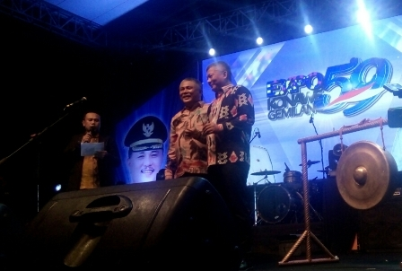 Ketgam : Bupati dan Wakil Bupati Konawe, Kery Saiful Konggoasa Gusli Topan Sabara saat memukul gong sebagai syarat Pamemren Budaya Expo Konawe Gemilang resmi dilaksankan.