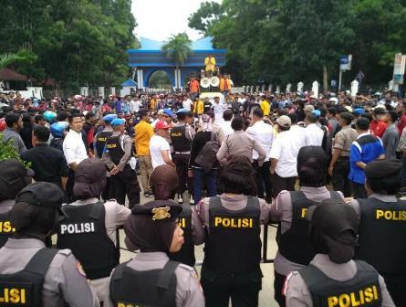 Ketgam : Massa aksi dengan pihak kepolisian
