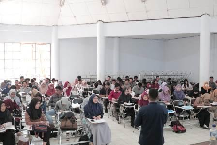 Ketgam : Mahasiswa Fisip UHO Terima Pembekalan Relawan Pemantau Pemilu