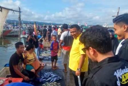 Ketgam: AJP saat mengunjungi Tempat Pelelangan Ikan (TPI) di Kelurahan Sodoha, Kecamatan Kendari Barat. FOTO: Istimewa