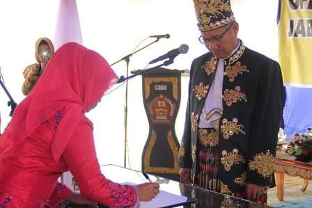 Ketgam : Walikota Kendari Sulkarnain K resmi melantik Hj. Nahwa Umar sebagai Sekretaris Daerah (Sekda) Kota Kendari definitif pada Senin, (11/3/2019)