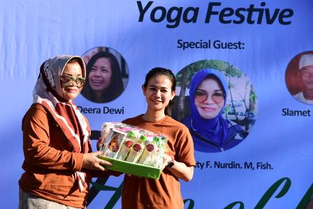 Ketgam : Ketua TP PKK Sulsel Liestiaty F Nurdin saat memberikan cendramata pada owner Tree of Life Yoga Makassar Henny Tanring/foto : Paulus Kalosara News