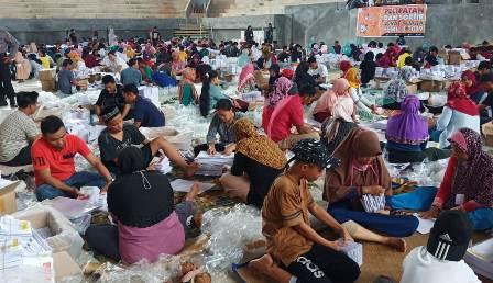 Ketgam : Suasana pelipatan surat suara Pemilu 2019 di GOR Andoolo, Konsel