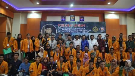 Ketgam : Foto bersama usai kegiatan bpk dan peserta kuliah umum.