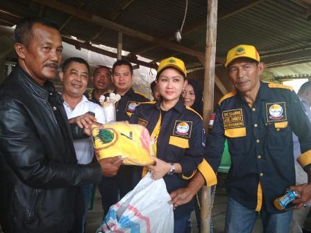 Ketgam : Rita Irawati Priatna saat menyerahkan kaos pada tim kerjanya/foto : SMSI