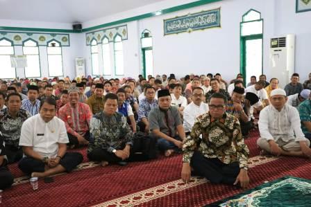 Ketgam : Gubernur Sulsel HM Nurdin Abdullah bersama jamaah Jum'at Ibadah