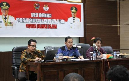 Ketgam : Plt. Kepala Bapenda Sulsel Denny Irawan Saardi, KPK dan Bappeda Sulsel Saat melakukan rapat koordinasi