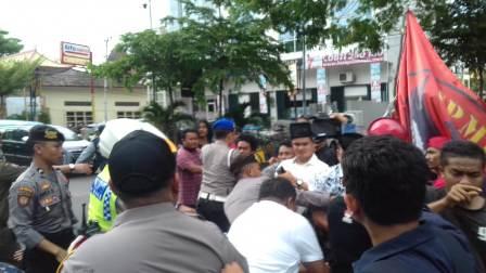 Ketgam : Demo dugaan Koruspi di Dinas Kesehatan Kota Makassar di bubarkan paksa oleh Polisi/foto : Paulus Kalosara News
