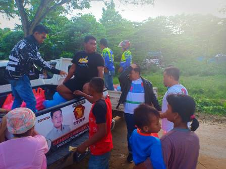 Ketgam : Yudianto bersama relawan saat membagikan makan untuk fakir miskin