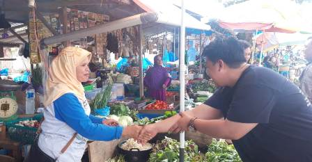 Ketgam : Yudhianto saat menyalami pedagang sayur saat blusukannya ke pasar