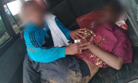 Ketgam :Korban Kecelakan Dipapah kemobil warga untuk dibawa ke RSUD Raha