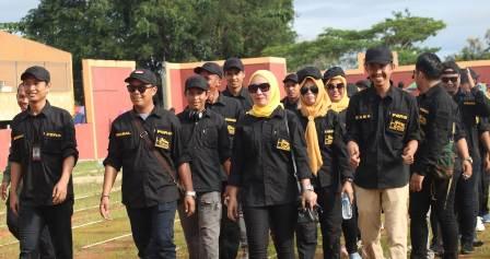 Ketgam: Barisan Defile Humas setda Konsel dan Pers Konsel