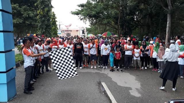 Ketgam : Ketua KPU Konawe Muh Azwar saat membuka jalan sehat KPU Run