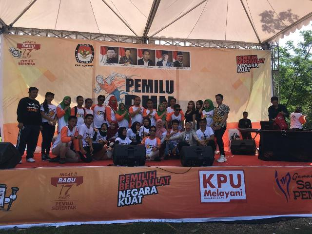 Ketgam : Foto bersama Komisoner KPU Konawe bersama staf serta dari Bawaslu Konawe pada acara KPU Run.
