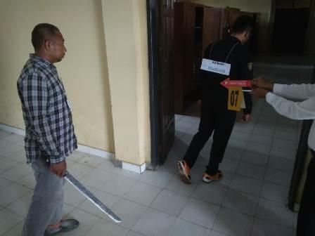 Ketgam : Laode Musafir saat melakukan Reka ulang di mapolres Konawe Selasa (28/5).