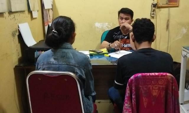 Ketgam : AY dan Sukri saat diperiksa di Mapolsek Wajo/foto:Paulus