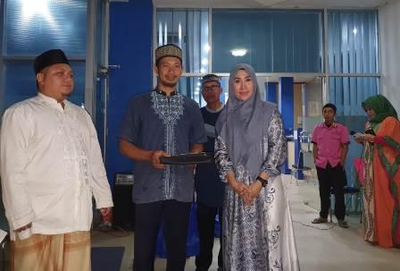 Ketgam : Kepala Bank Sultra Cabang Konawe Rinti Relawati usai menyerahkan santunan pada pimpinan pondok pesantren Hidayatullah