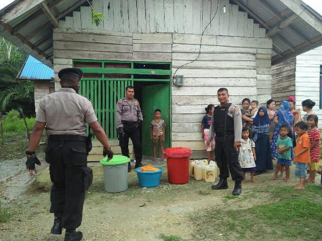 Ketgam : Anggota Polres Konsel saat mengamankan miras tradisional (Pongasi) milik warga
