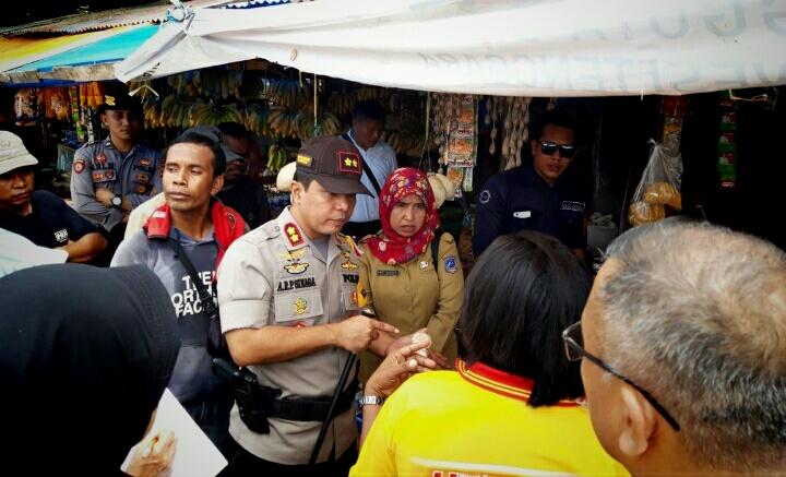 Ketgam : Kapolres Muna, AKBP. Agung Ramos Paretongan Sinaga Didampingi Instansi Terkait  Saat Lakukan Operasi Pasar di Pasar Laino Raha
