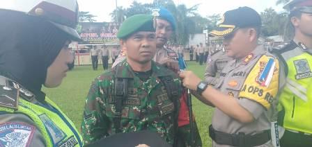 Ketgam : Kapolres Konsel Ajun Komisaris Besar Polisi Dedy Adriyanto tengah memasang lencana pada personil TNI di Mapolres Konsel