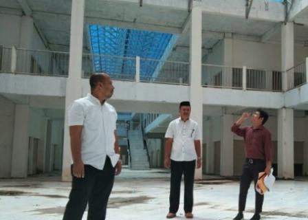 Ketgam : Tim Konstruksi UHO bersama Dinas Perindag Muna Saat Meninjau Bangunan Pasar Sentral Laino