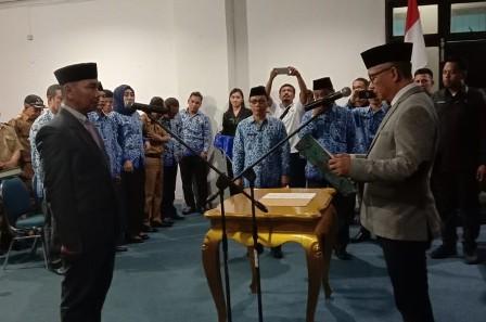Ketgam : Wakil Bupati Konawe Gusli Topan Sabara saat mengambil sumpa H.K Santoso, SE, M.Si sebagai PJ Sekda Konawe